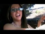 Девушка ведет машину без трусов